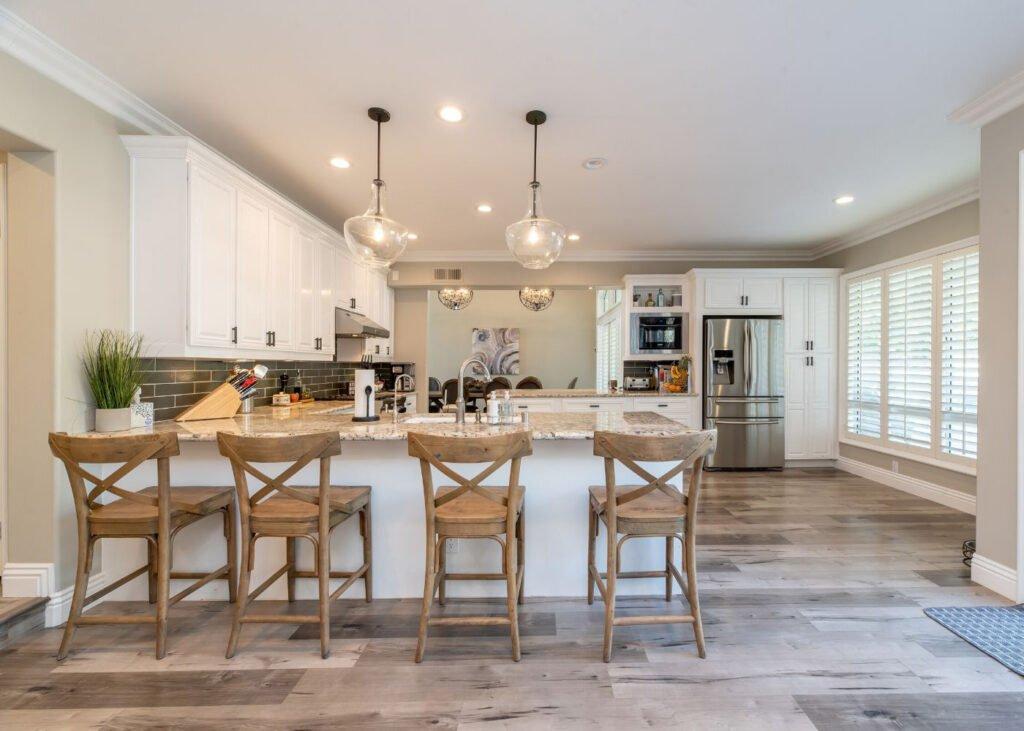 light-grey-laminate-floor-in-the-kitchen